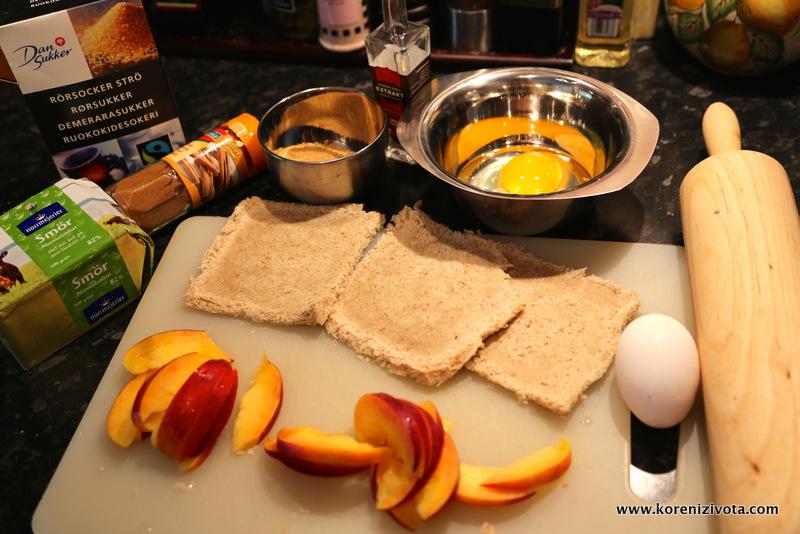 suroviny: toastový chleba, ovoce, vajíčko, máslo, skořicový cukr