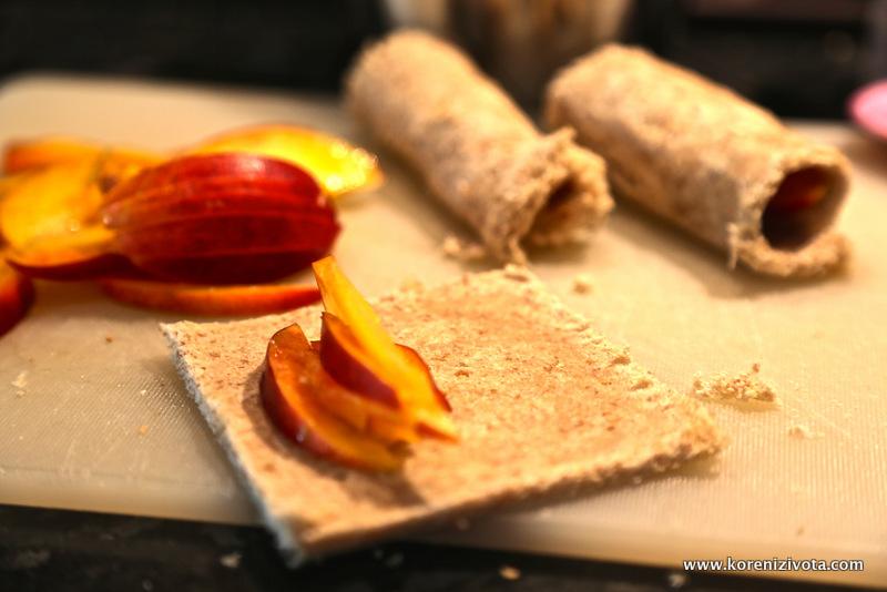 ovoce pokrájejte na jemné proužky a není ho třeba mnoho do náplně