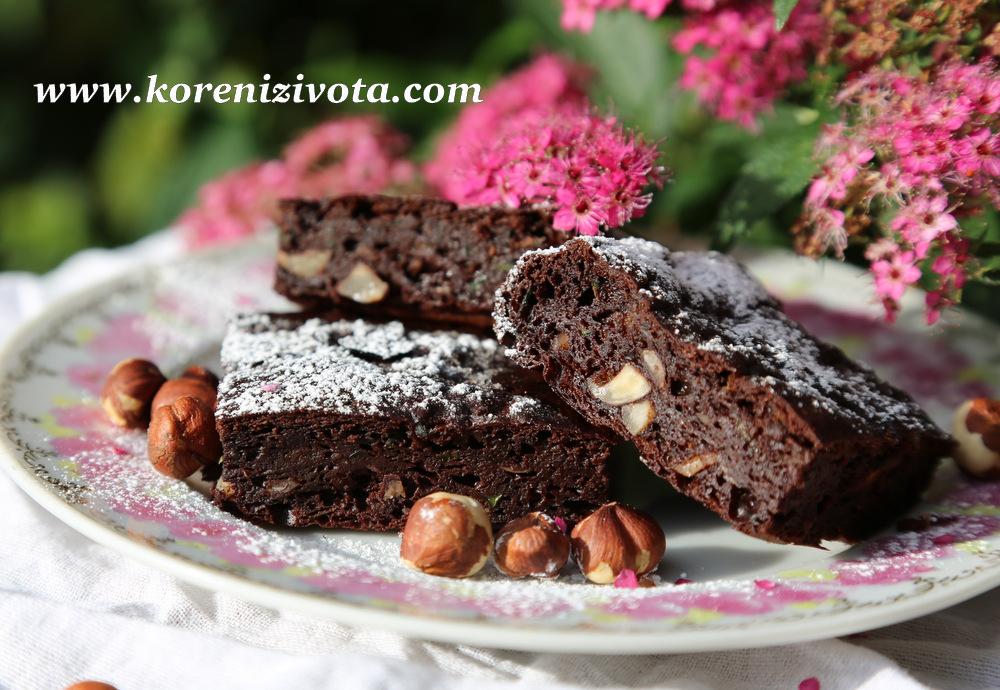 cuketové brownies s arašídovým máslem jsou na řezu krásně vlhké, mírně lepivé a přitom tak lahodné