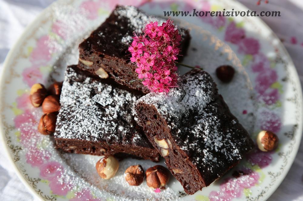 cuketové brownies s arašídovým máslem poprašte zlehka moučkovým cukrem