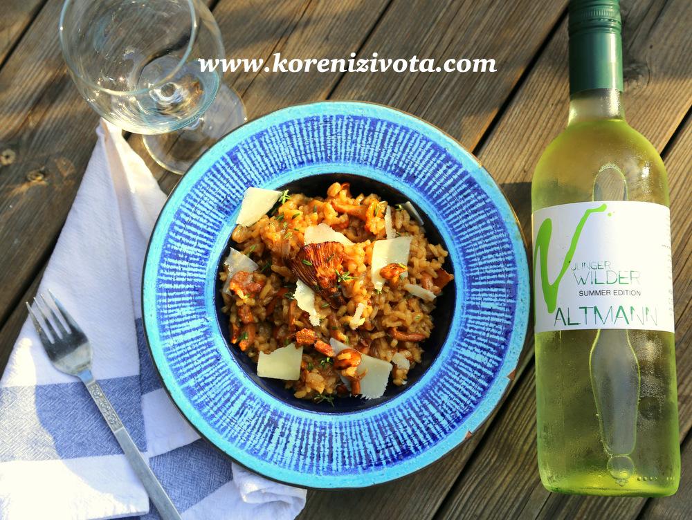 Risotto s karamelizovanou cibulí a liškami chutná báječně se sklenkou dobrého bílého vína, dobře vychlazeného...