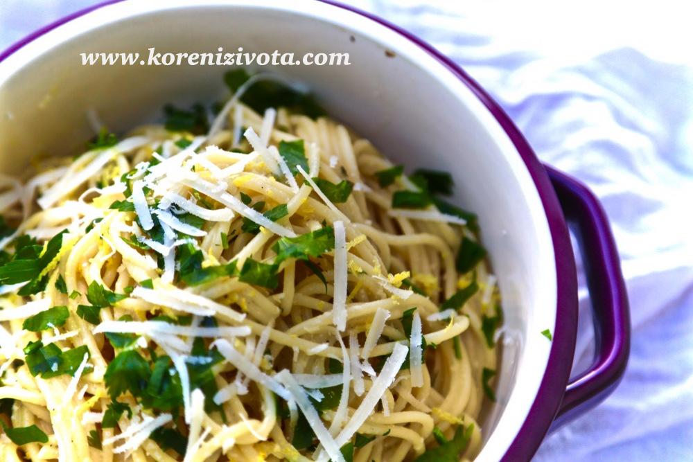 citronové těstoviny jsou voňavé po petrželce a citronu