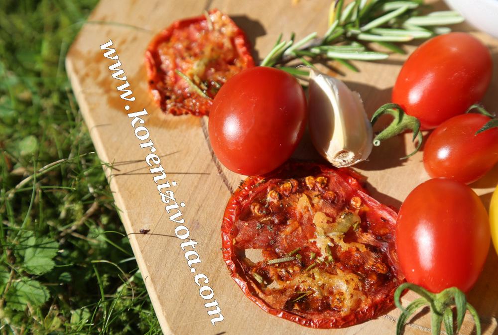 Rajčatové bylinkové chipsy s parmezánem jsou delikátní mlsání z právě dozrávajích rajčátek s česnekem a voňavých bylinek