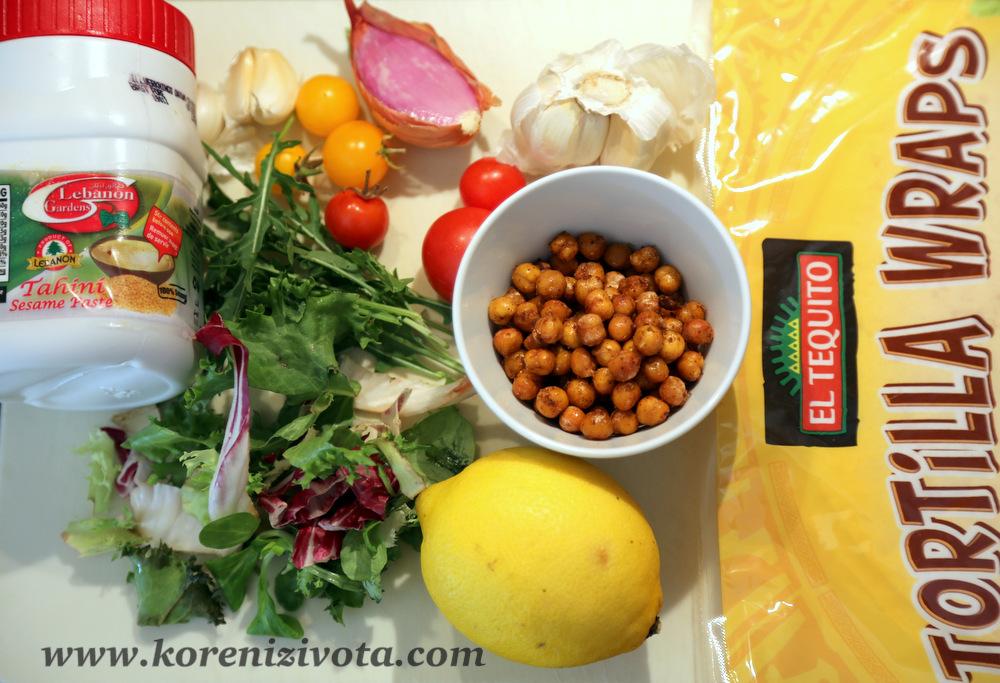 suroviny na plněnou tortillu jsou voňavé. Sezamová pasta tahini v kombinaci s citronem a česnekem je báječná pro orientální pokrmy