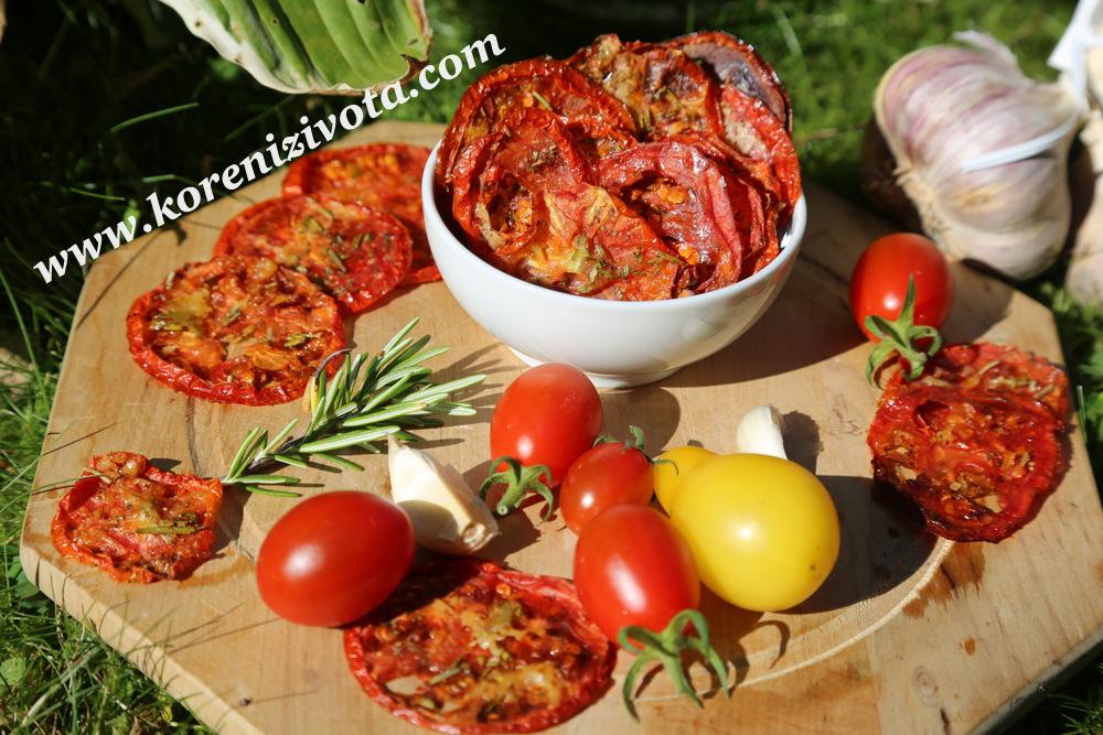 Rajčatové bylinkové chipsy s parmezánem jsou plné báječných chutí a vůní pozdního léta