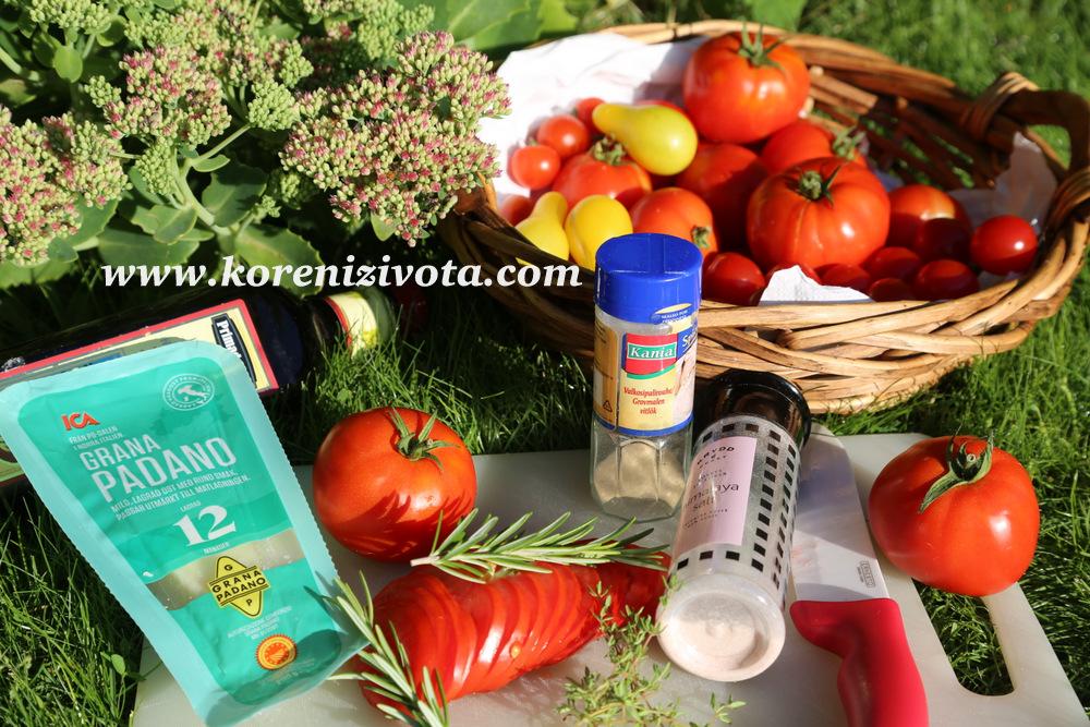 Rajčatové bylinkové chipsy s parmezánem  jsou vyrobené ze zralých rajčat, sušeného česneku, bylinek a olivového oleje. Použijte buď mořskou sůl nebo himalájskou - tady totiž kvalitu oceníte
