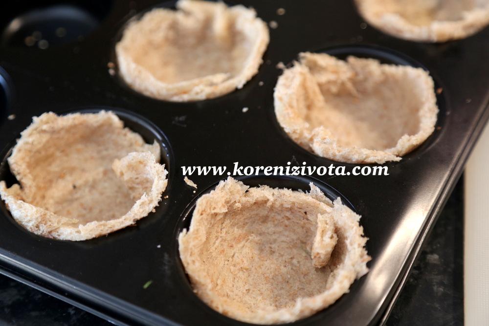 základ quiche si vytvarujte z toastového chleba do formy na muffiny