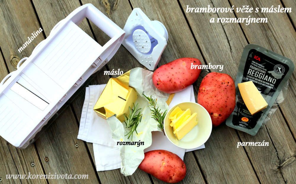 suroviny jsou prosté: brambory, máslo, rozmarýn, parmezán, sůl a pepř. Jako pomocníka využijete plech na muffiny a mandolínu