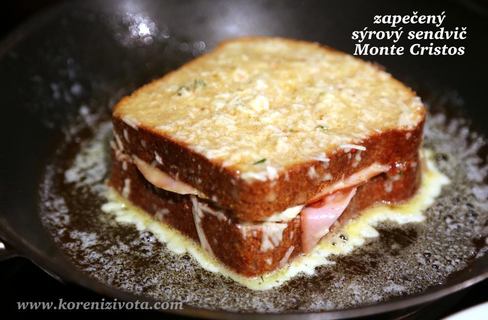 naplněný toast namočte do vaječno-parmezánové směsi a opečte na másle; pro lepší rozpuštění sýru přiklopte pokličkou