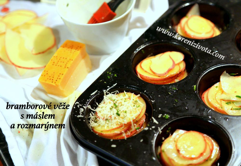 Bramborové plátky skládejte na sebe a jednotlivé vrstvy lehce omastěte rozmarýnovým máslem. Navrch posypte parmezán, který tu pak funguje jako pojivo