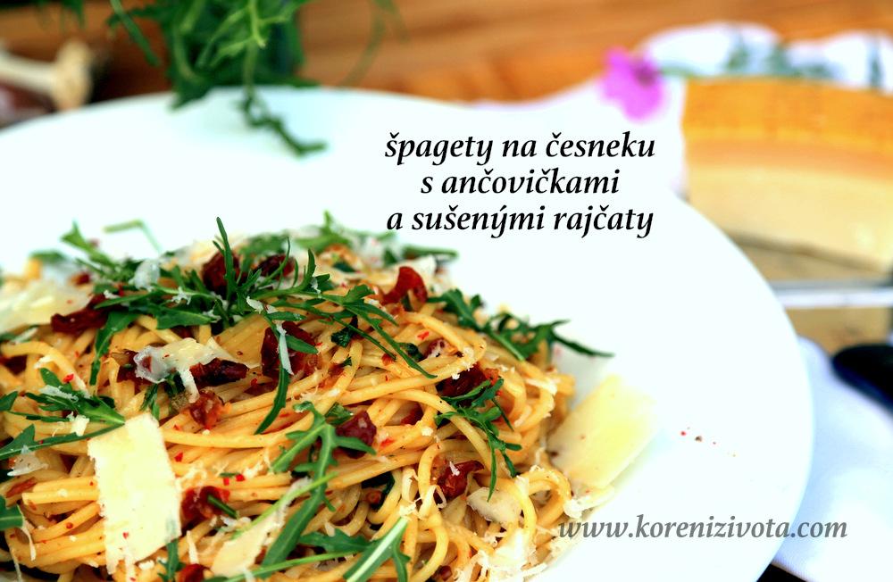 špagety na česneku s ančovičkami a sušenými rajčaty mají fantastickou barvu po sušených rajčatech