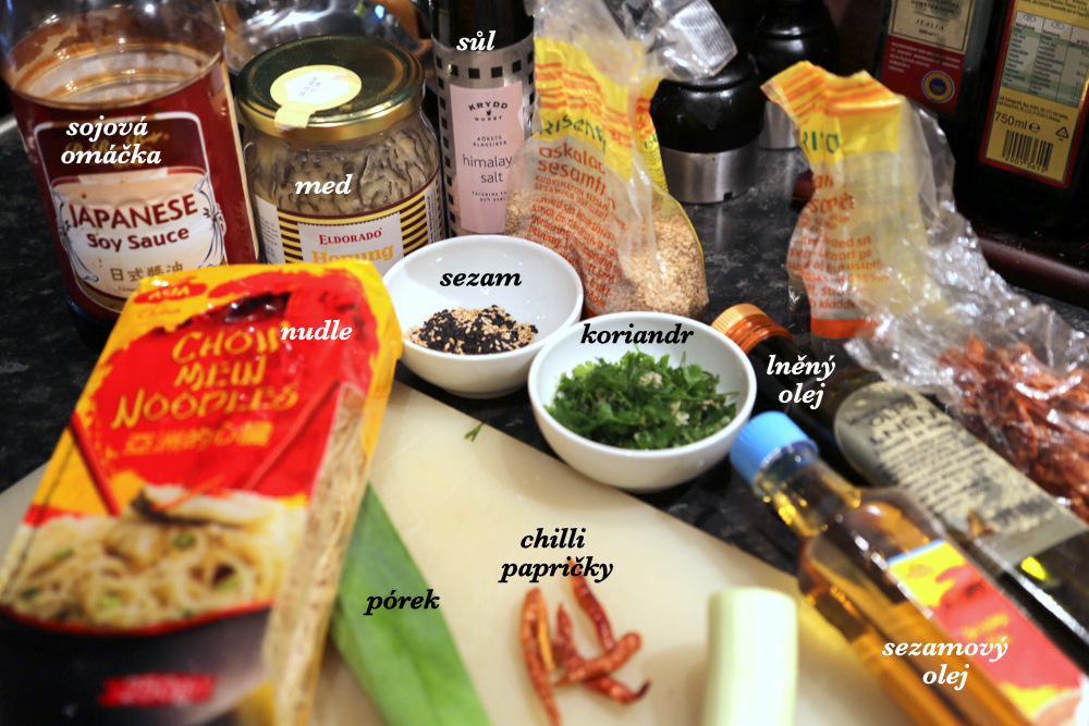 suroviny: lněný a sezamový olej, chilli papričky sušené, pórek, sezam, med, sojová omáčka a koriandr