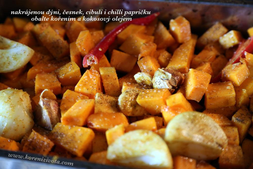 pokrájenou dýni, cibuli, chilli papričku a celé stroužky česneku obalkte kokosovým olejem a kořením