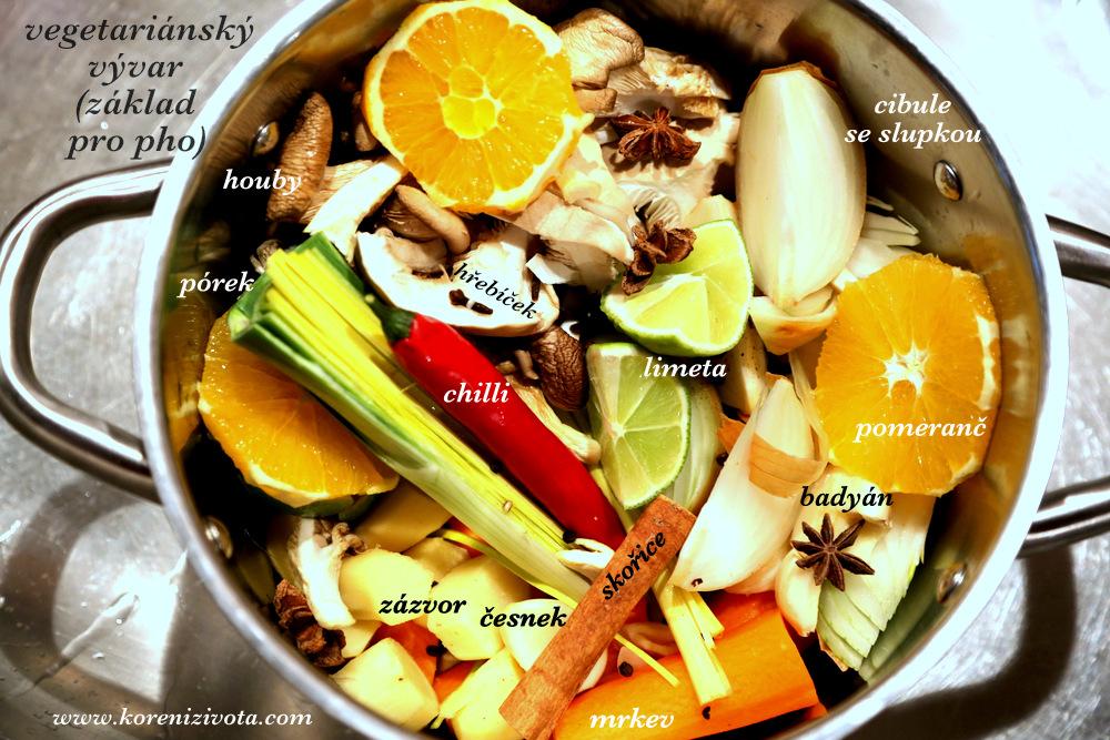 vegetariánský vývar (základ pro pho) si připravíte jednoduše očištěním zeleniny, přidáte koření a zalijete studenou vodou. Necháte vařit po dobu několika hodin s tím, že cirusy nejdéle za hodinu vyjměte z vývaru, aby nezhořkl