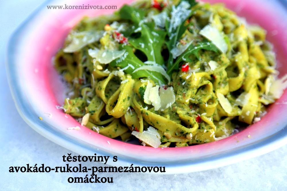 krásně barevné těstoviny s avokádo-rukola-parmezánovou omáčkou zahřejí