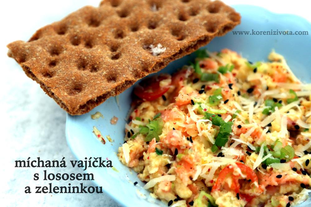 Míchaná vajíčka s lososem a zeleninkou..sněhovou vločkou na křupavém chlebíku :-)