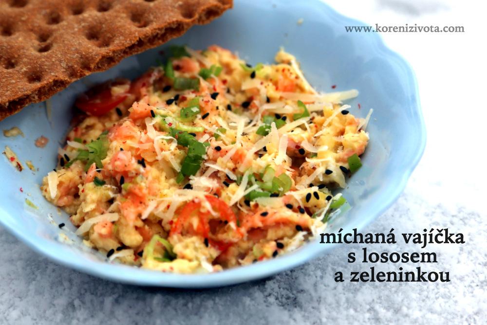 Míchaná vajíčka s lososem a zeleninkou doplňte o sýr, semínka a čerstvé bylinky