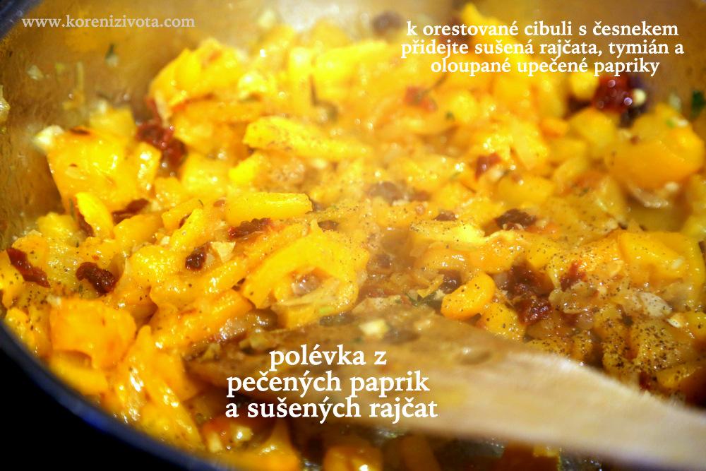 na osmahnutou cibulku s česnekem přidejte pokrájené pečené papriy bez slupky a bylinky s kořením; zlehka orestujte