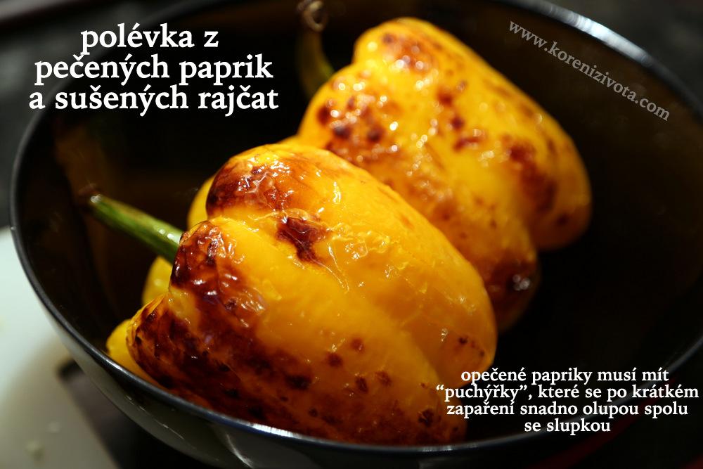 pečené papriky musí na sobě mít lehce připálené puchýřky, než je dáte zapařit; teprve pak je možné je oloupat
