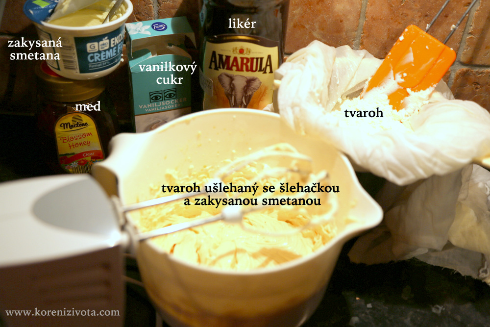 základní suroviny: měkký tvaroh, šlehačka, zakysaná smetana, vanilkový cukr nebo třeba med, likér, sušenky
