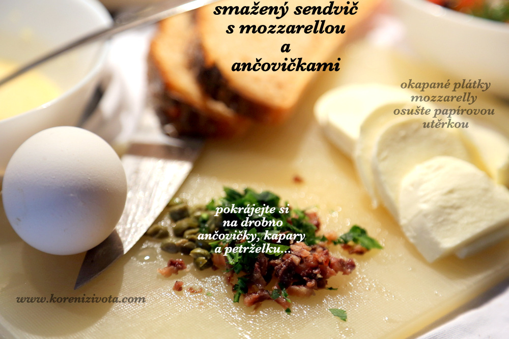 pokrájenou mozzarellu nechte vykapat; ančovičky s petrželí pokrájejte na drobno