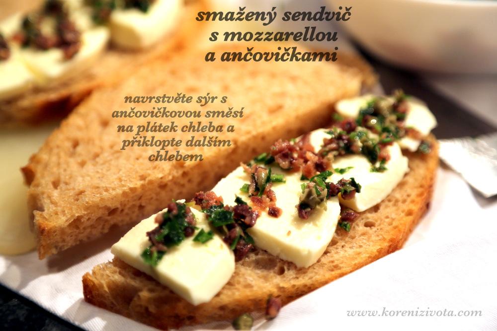 navrstvěte sýr a ančovičky na jeden plátek chleba a přiklopte druhým, než sendvič obalíte ve vaječné směsi
