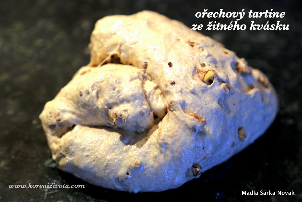 přeložené těsto se zapracovanými ořechy