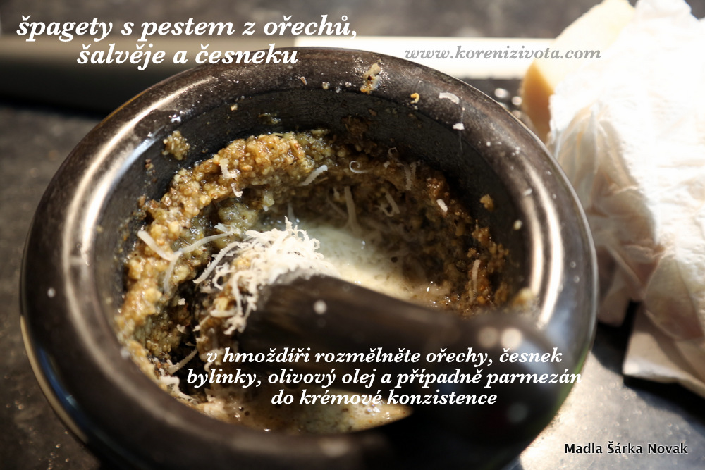 podrťte sůl, ořechy, česnek, bylinky a olivový olej a vytvořte krémovou omáčku. Jako bonus přistrouhejte trochu parmezánu na jemno