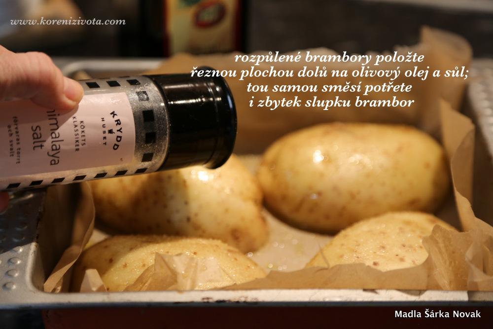 rozpůlené brambory položte řeznou plochou na olejovaný a posolený pečící papír; olejem a solí potřete i slupky brambor