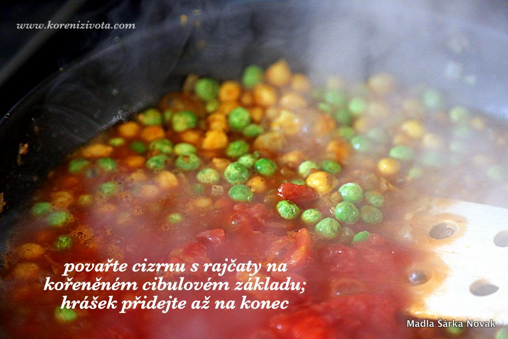 cizrnu osmahněte na cibulovém základu s kořením a zalijte drcenými rajčaty s kokosovým mlékem. Mražený hrášek přidejte až úplně před koncem vaření