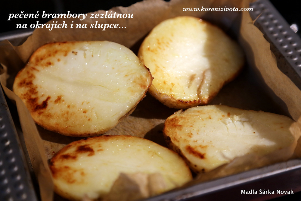 pečené brambory zezlátnou po okrajích i na slupce, když jsou hotové