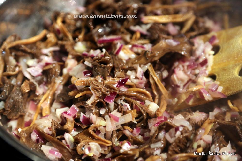 osmahněte cibuli, česnek a spařené houby, aby vše změklo