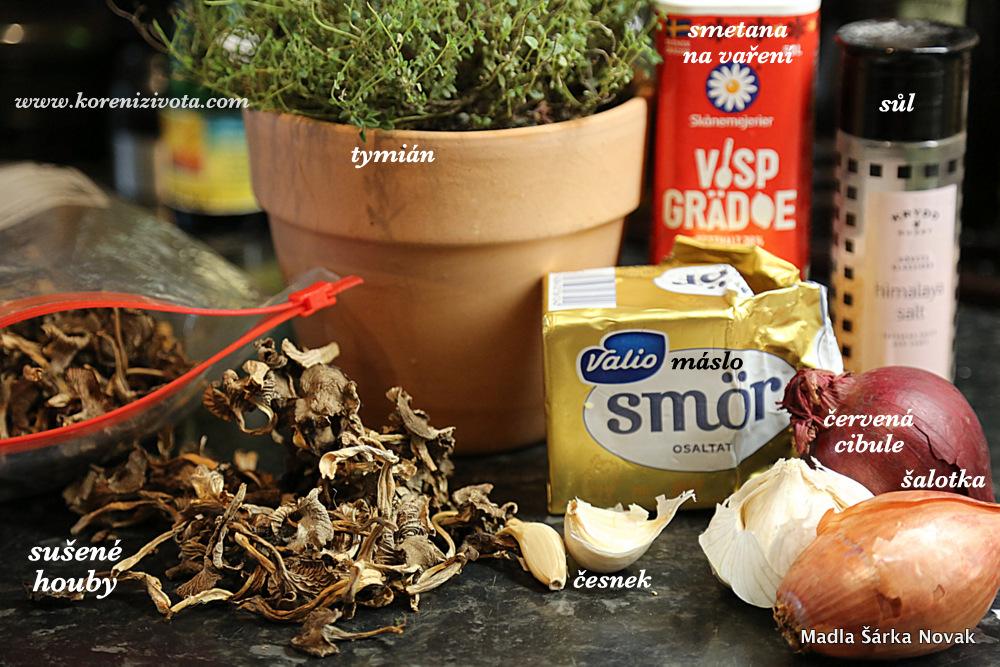 jednoduché suroviny: houby, cibule, česnek, tymián, máslo, smetana na vaření, sůl a pepř