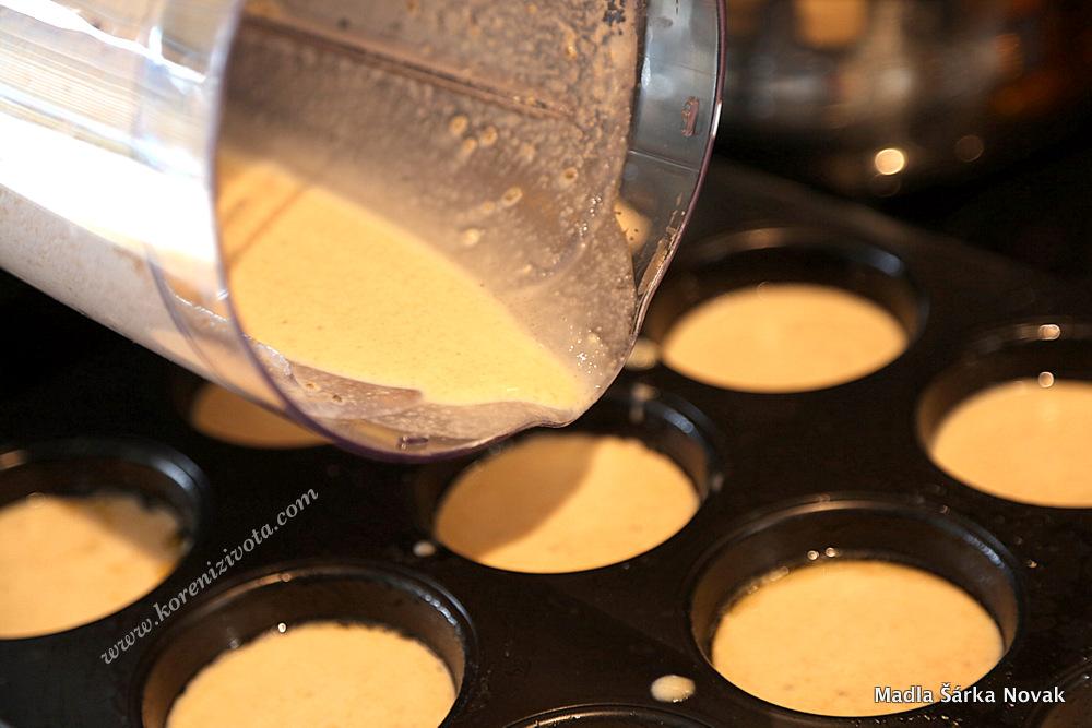 umixované těsto nalijte jen do poloviny objemu muffinové formy