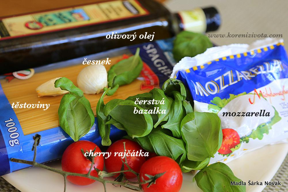 suroviny na fofr špagety s mozzarellou a rajčátky
