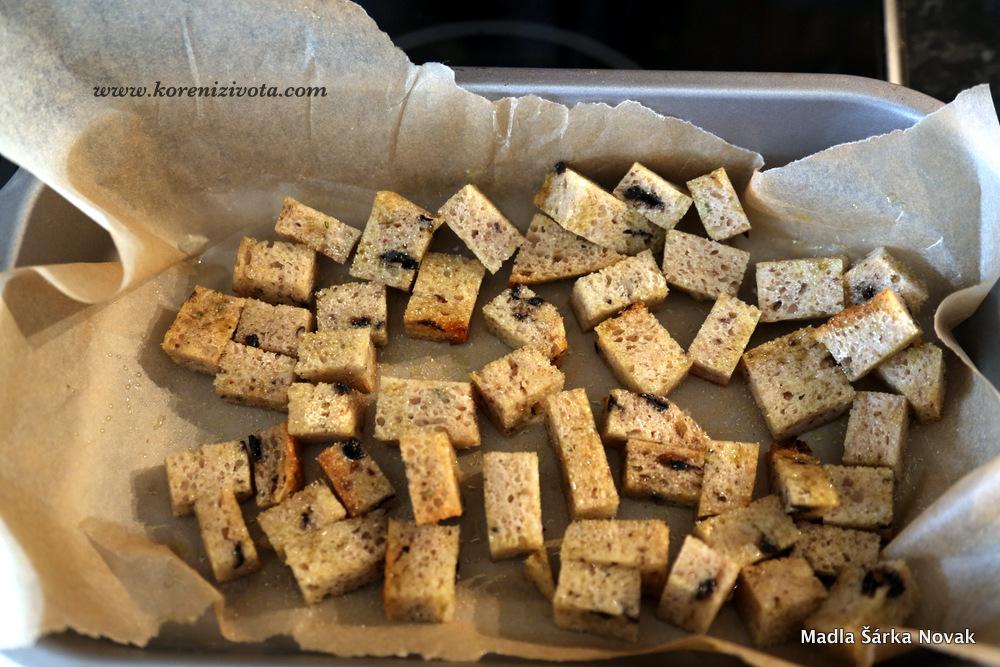na krutony použijte starší krajíc chleba bez kůrky; nejlépe ho natrhejte rukama; já ho krájela, neb to byl chleb s olivami a trhání nebyla ta správná metoda.. krutonům dejte dávku olivového oleje dejte péct
