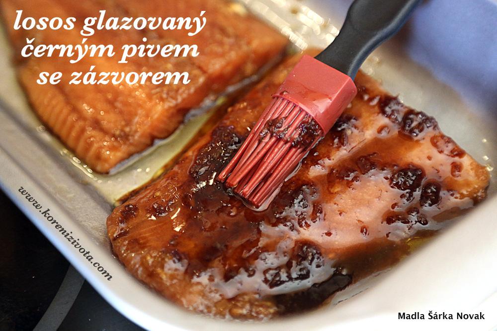 štětcem naneste hustou glazuru na porce lososa
