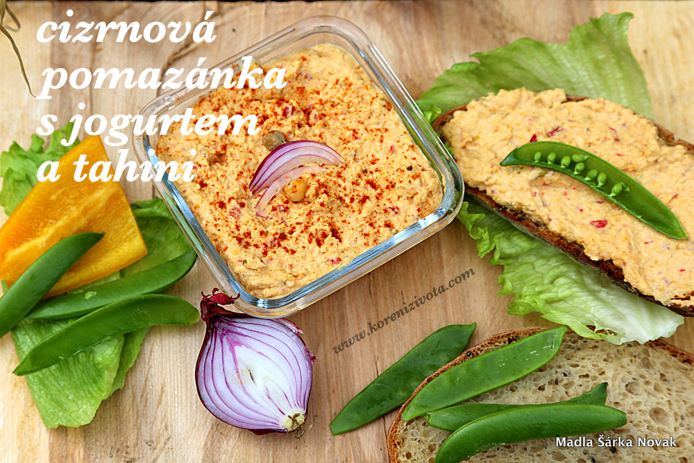 Cizrnová pomazánka s jogurtem a tahini s křupavou zeleninkou a domácím chlebem