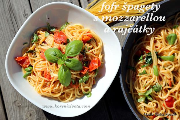 Fofr špagety s mozzarellou a rajčátky