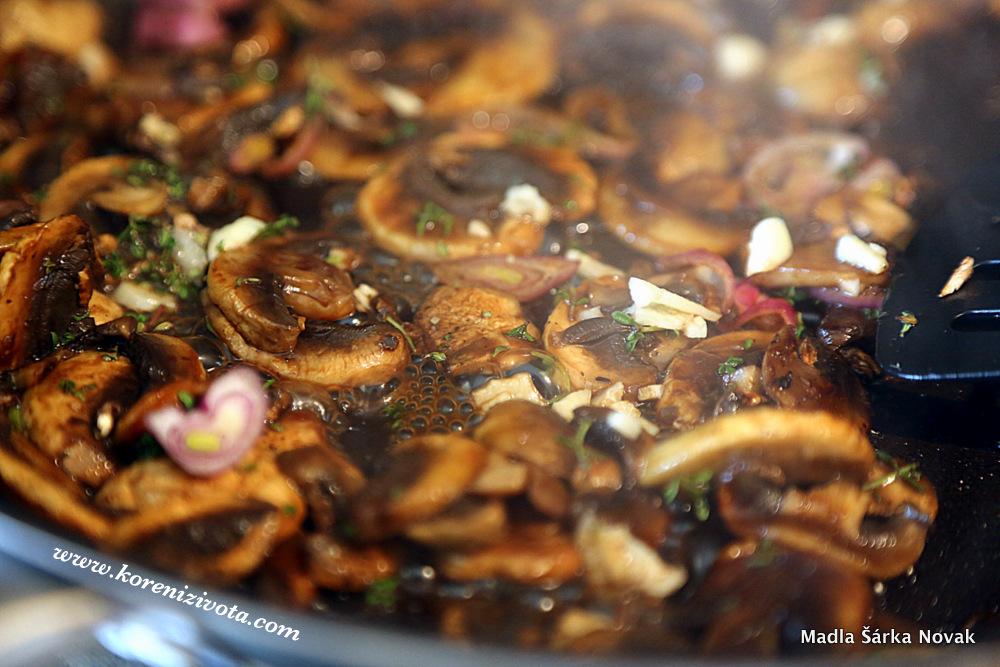 opečené houby posypte cukrem a postříkejte balsamice a nechte zkaramelizovat