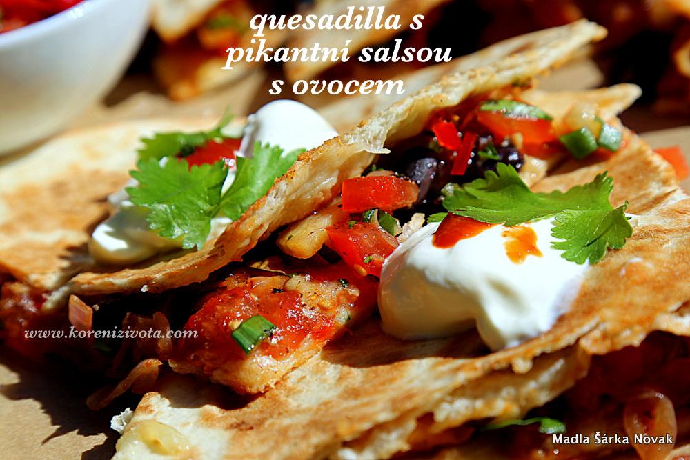 Quesadilla s pikantní salsou s ovocem je delikátní v kombinaci se zakysanou smetanou navrch..