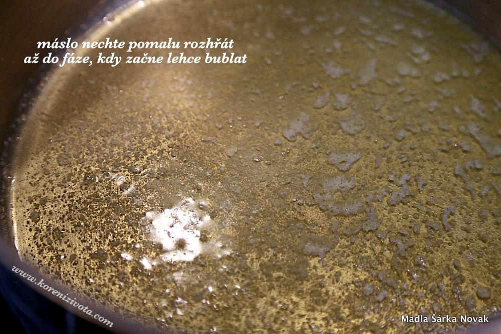 máslo pomalu nechte rozpustit do fáze, kdy začne probublávat a pak je připraveno k okamžité výrobě krémové omáčky