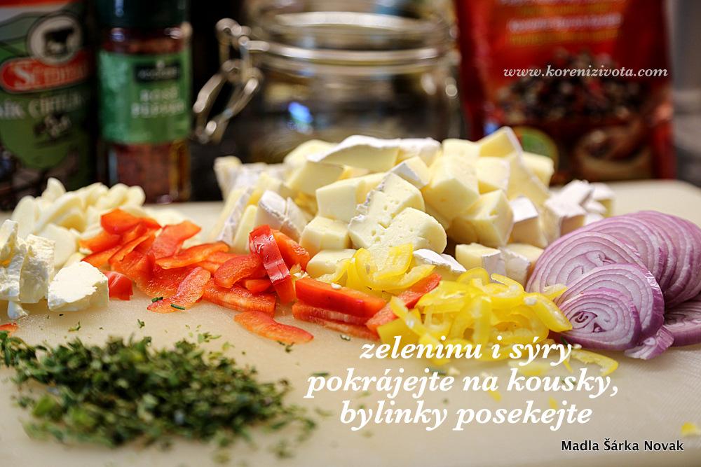 zeleninu, sýry i bylinky si předem pokrájejte, ať se tím už pak nemusíte zdržovat