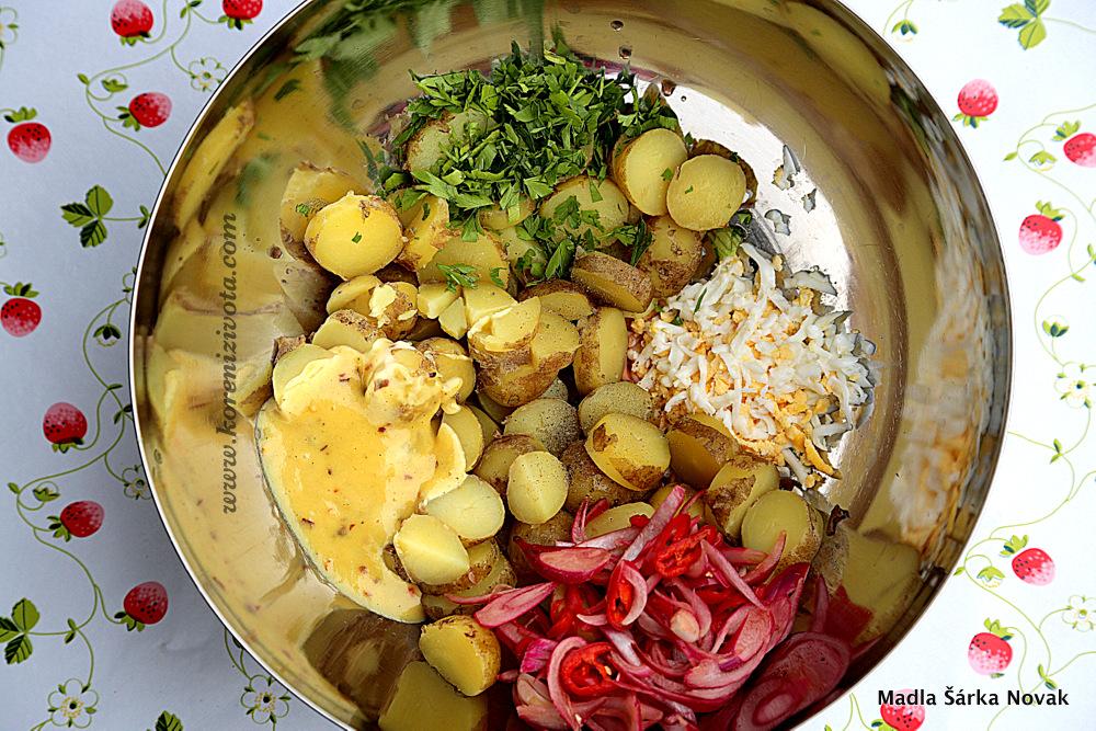 bramborový salát před závěrečným smícháním