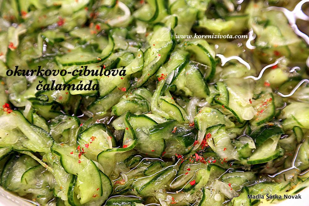 do vyždímané zeleniny přidejte nálev; barevný pepř i chili papričky nejen pikantně chutnají, ale i dobře vypadají