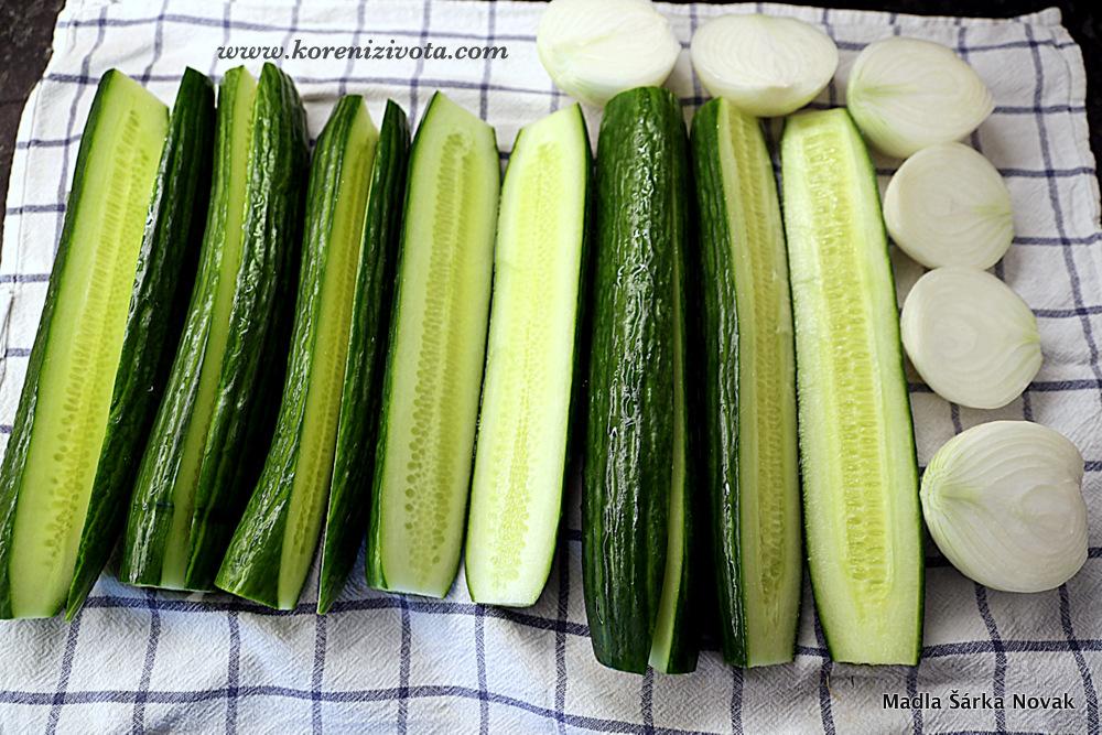 očištěnou zeleninu si rozkrojte podélně napůl, aby jste ve výsledku dostali tenké půlměsíčky po nakrájení