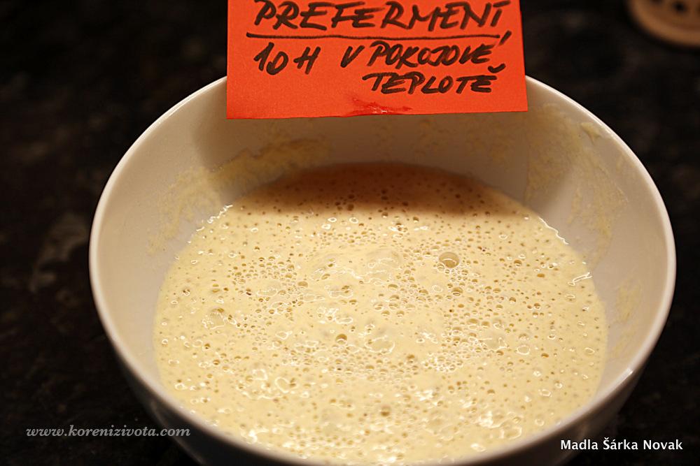 preferment si vyrobte dopředu z vody, mouky a kousku čerstvých kvasnic