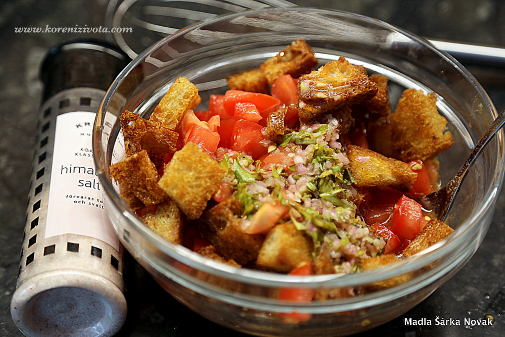 krutony a rajčata smíchejte se zálivkou a nechte odležet, aby se tekutiny vsákly