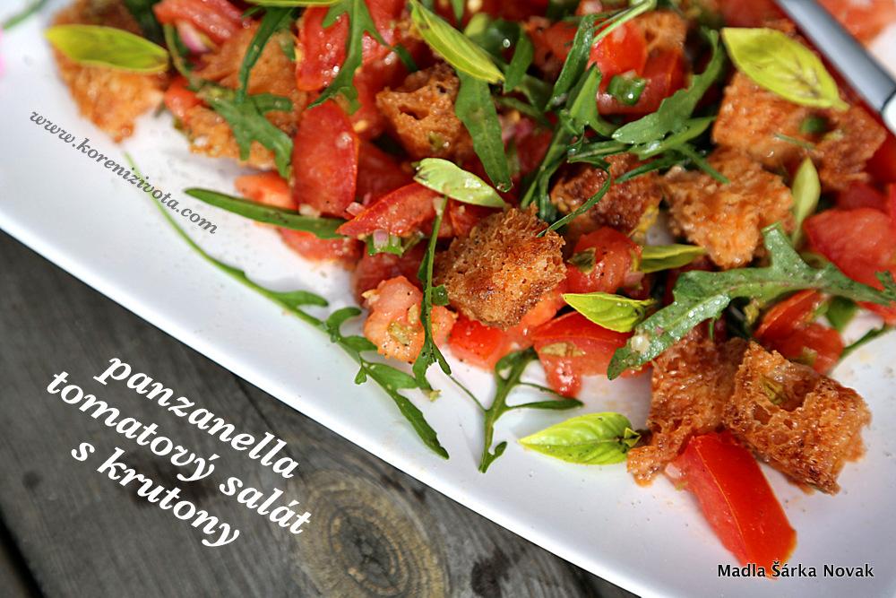 Panzanella tomatový salát s krutony dozdobte čerstvými lístečky bazalky a třeba rukoly