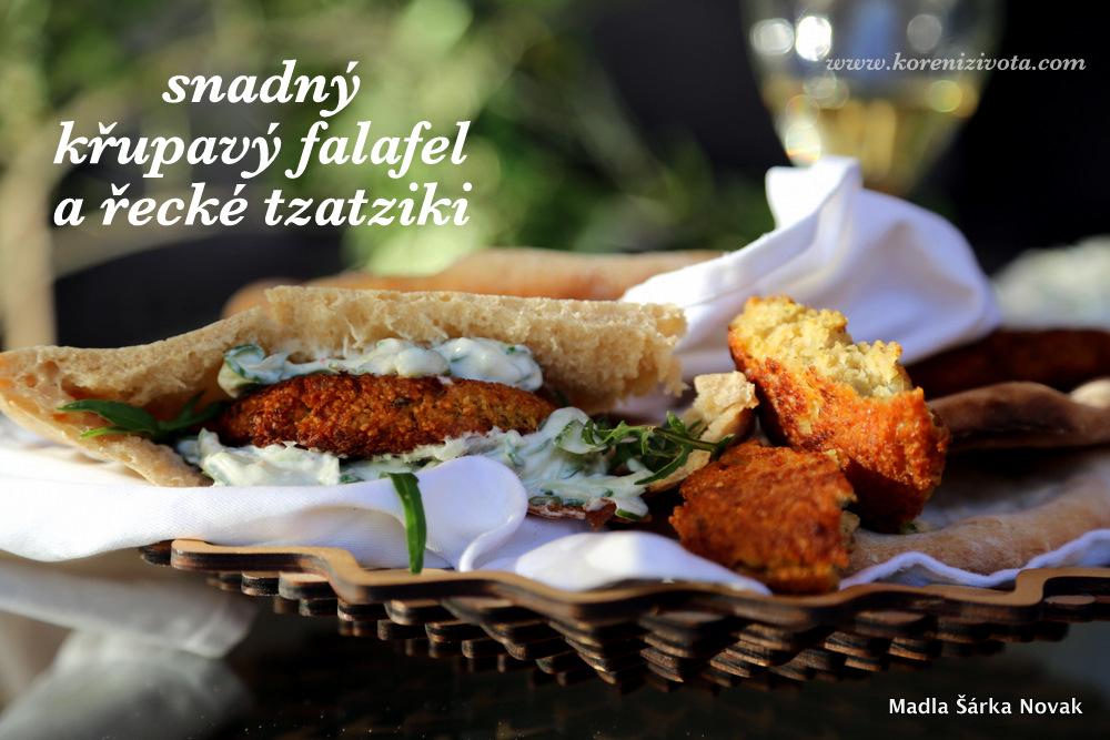 Snadný křupavý falafel a řecké tzatziki podávaný v pita chlebu